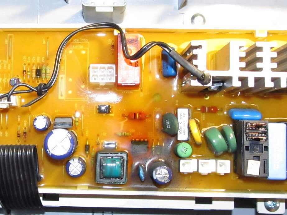 Сгоревший конденсатор и контроллер на плате управления